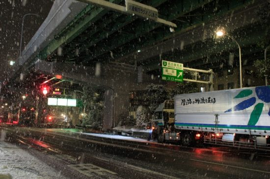雪によって通行止めになった高速道路入口