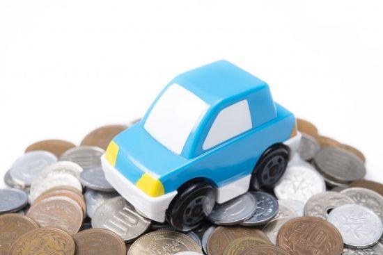 お金の上に乗っているオモチャの車