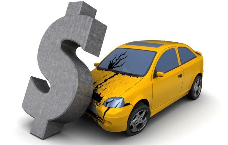 お金に押しつぶされる自動車