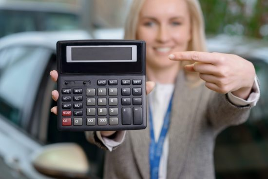 電卓を持つ女性