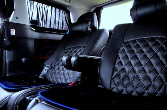 車の後部座席のシート
