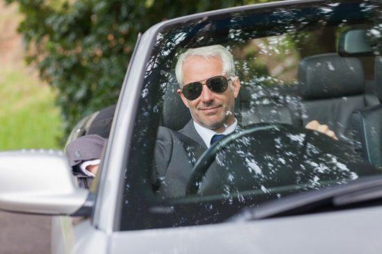 車を運転する50代男性
