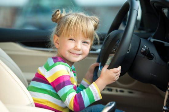 運転席に座る子供