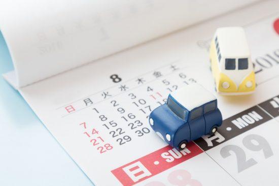 8月のカレンダーと車