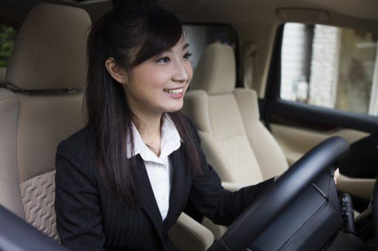 社用車を運転する女性