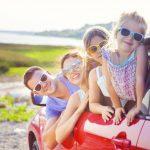 車に乗っている家族