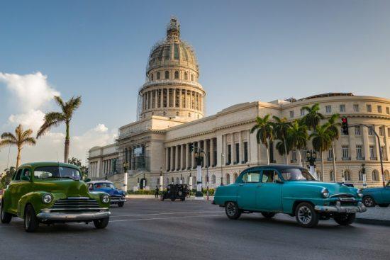 外国の街中を走るクラシックカー