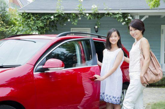 車に乗ろうとしている40代の母とその娘