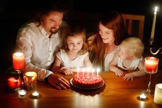 子供の誕生日を祝っている家族