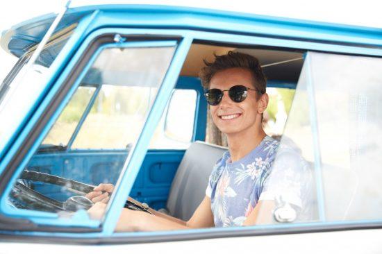 若い男性ドライバー