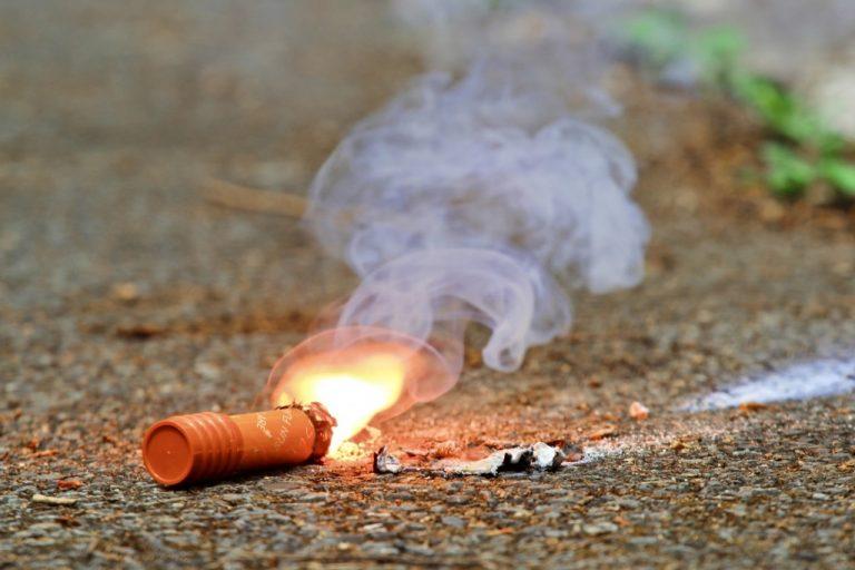 知ってる?発炎筒と発煙筒の違い!非常信号用具として車・車検に必要なのはどっち?