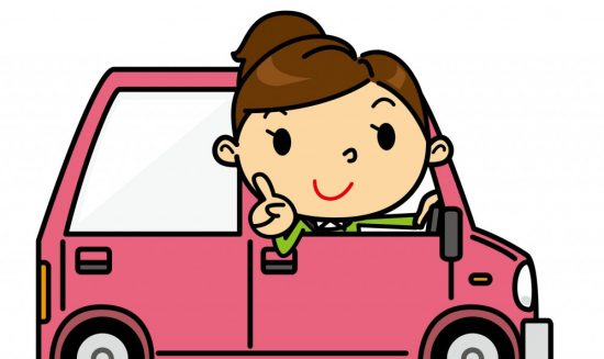 車の中で人差し指を立てる女性