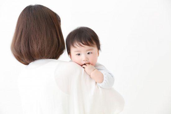 子どもを抱っこしている母親