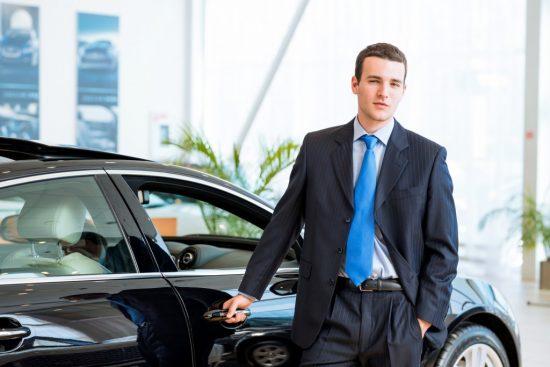 新車の横に立つ男性