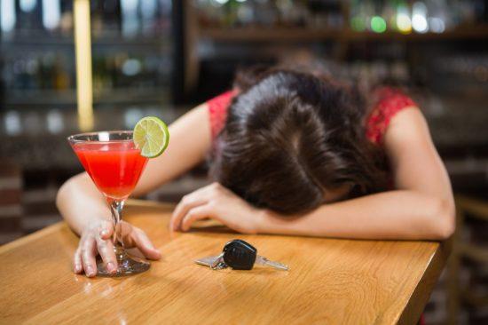 お店で酔いつぶれているドライバー