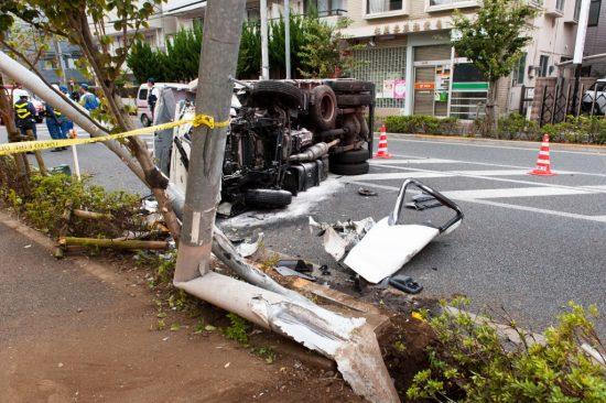 事故でボキッと折れた電柱