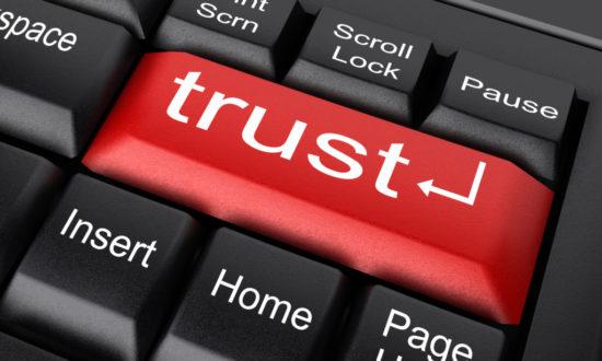 信用と書かれたキーボード