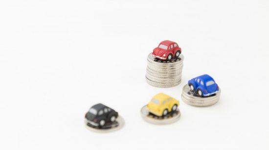 硬貨の上に乗っている軽自動車