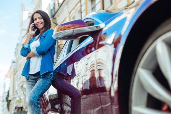 車を停めて携帯を使用する女性