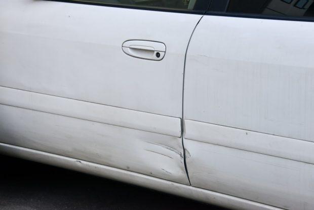 ドアが傷付いている車