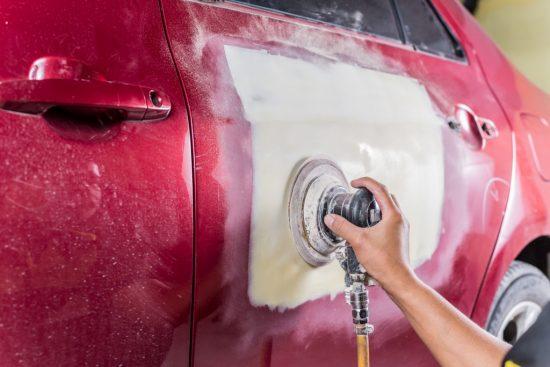 車の傷の修理作業