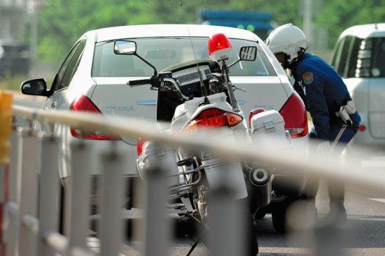 警察の取り締まりを受けている車