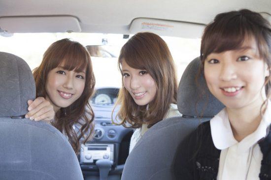 車に乗っている20代の女性