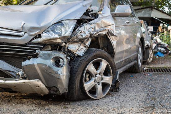 事故により激しく損傷した車