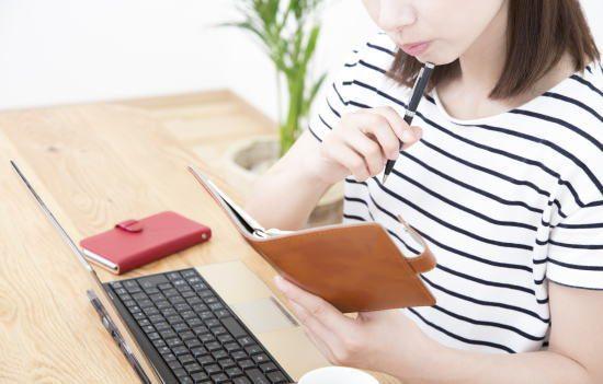 記名被保険者の範囲を確認する女性
