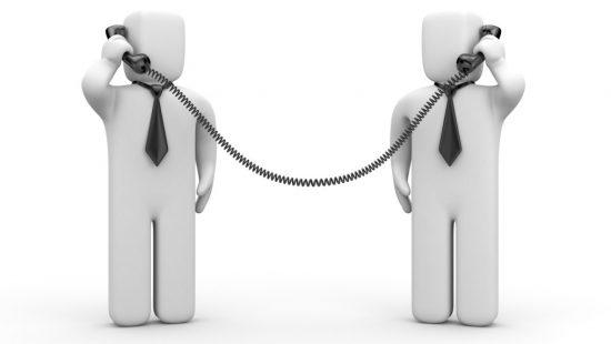 交渉する2人の会社員