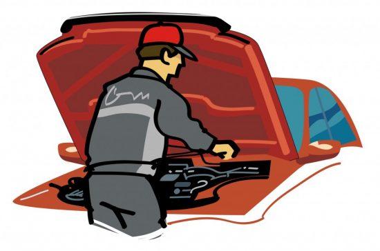 車を点検する整備士