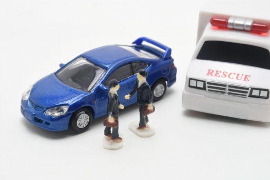 事故現場で交渉する男性