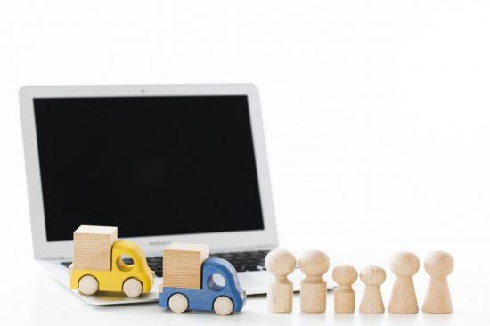 2台の車と家族を模した人形