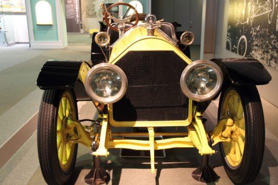 黄色いクラシックカー