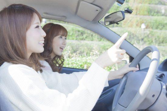 車を運転する学生