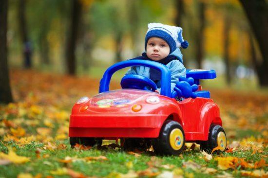 車のオモチャを運転している子供