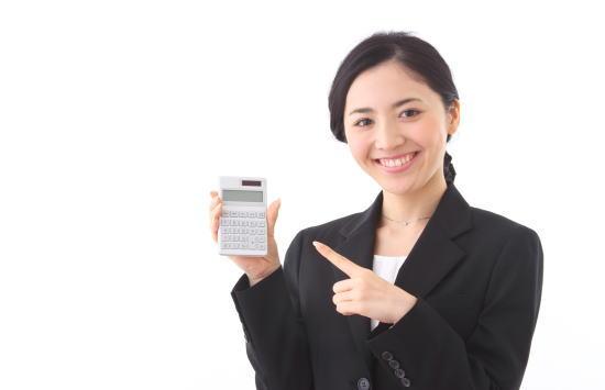 安い保険料に喜ぶ女性