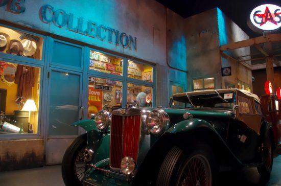 店の前に停車するクラシックカー