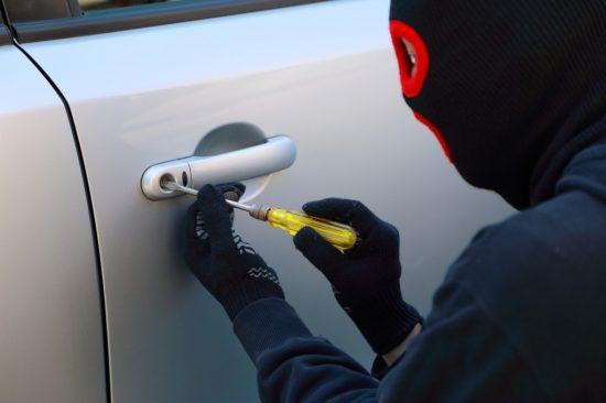 鍵穴を壊そうとする車上荒らしの犯人