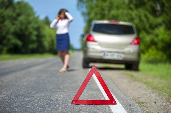 事故現場から電話をする女性