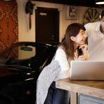 自動車保険を紹介している人