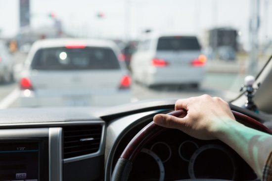 右手だけで運転するドライバー