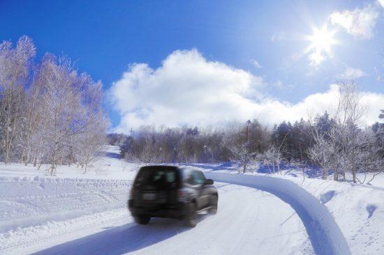 雪道を走行する車