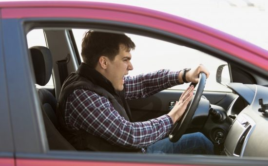 怒る運転手