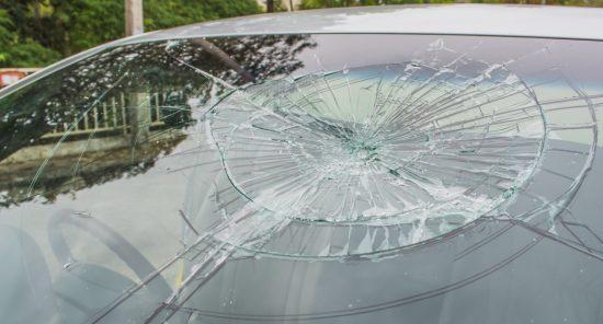 飛び石によって破損したフロントガラス