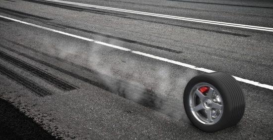 急ブレーキで煙とタイヤ痕を残すタイヤ