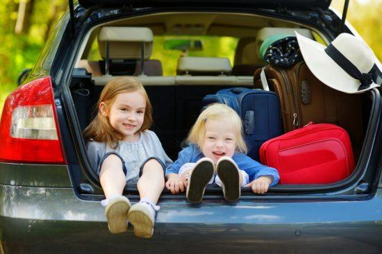 トランクに座る子供達