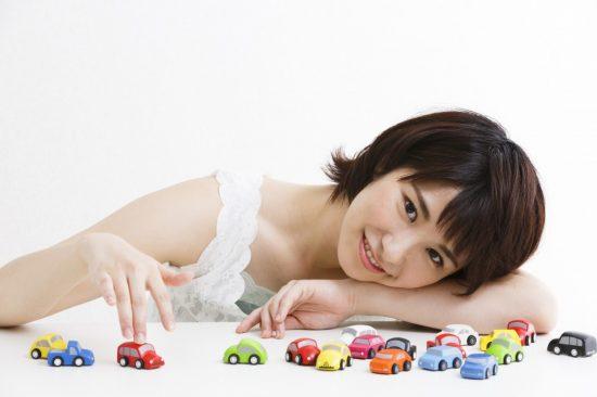 自動車保険を見直す女性