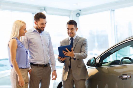 ディーラーで車を購入する夫婦