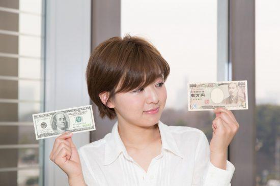経済的メリットを比較する女性